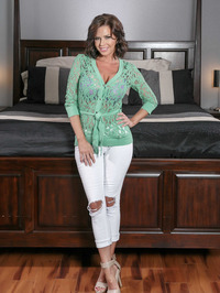 Mature Babe Veronica Avluv Spreading On A Bed 00