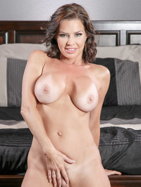 Mature Babe Veronica Avluv Spreading On A Bed 09