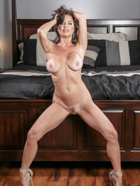 Mature Babe Veronica Avluv Spreading On A Bed 10