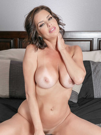 Mature Babe Veronica Avluv Spreading On A Bed 11