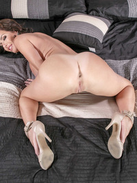 Mature Babe Veronica Avluv Spreading On A Bed 14