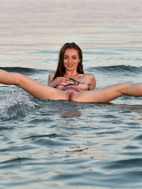 Leanne Shows Naked Flexible Body 16