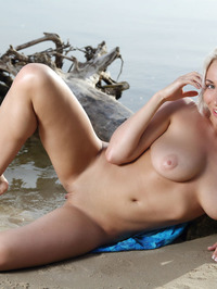 Isabella D Epic Titties In The Lake 15
