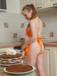 Winnie Bakes Cake Naked 08