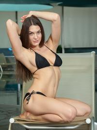 Vanda Strips Off Her Sexy Black Bikini 02