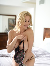 Stunning MILF Alexis Fawx Gets Nude On A Bed 05