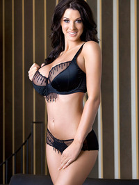 Alice Goodwin Whopping 32Gs 01