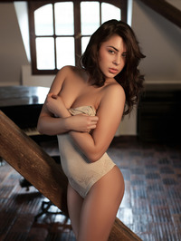 Nikki Waine Naked By The Piano 00