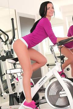 Sapphira A Masturbating In The Gym