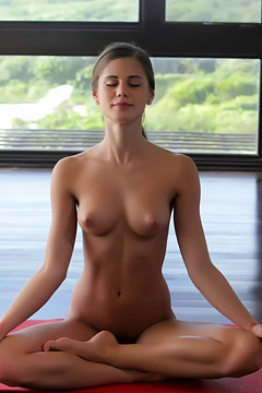 Caprice Do Yoga In The Nude