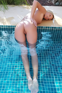Paola Naked By The Pool